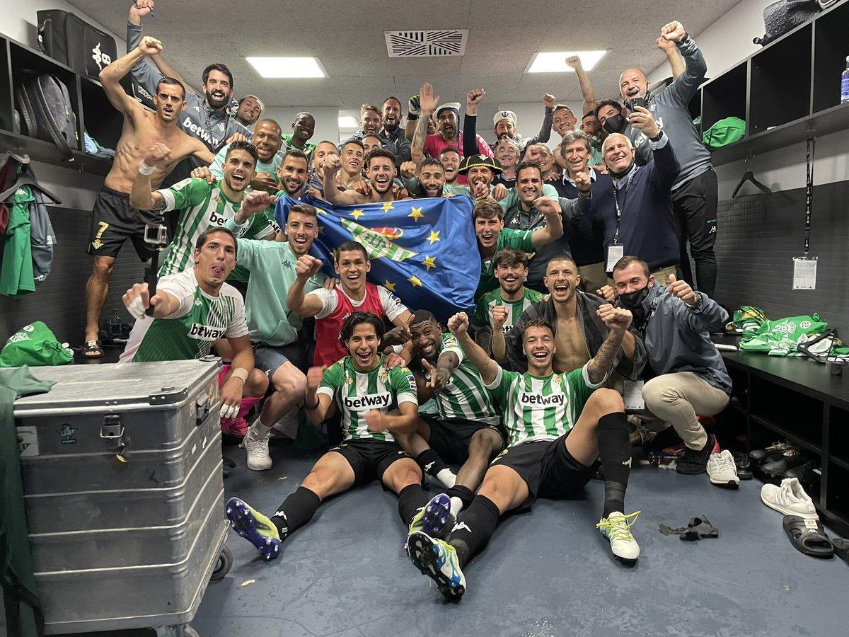El plantel de Real Betis celebrando su clasificación a Europa League